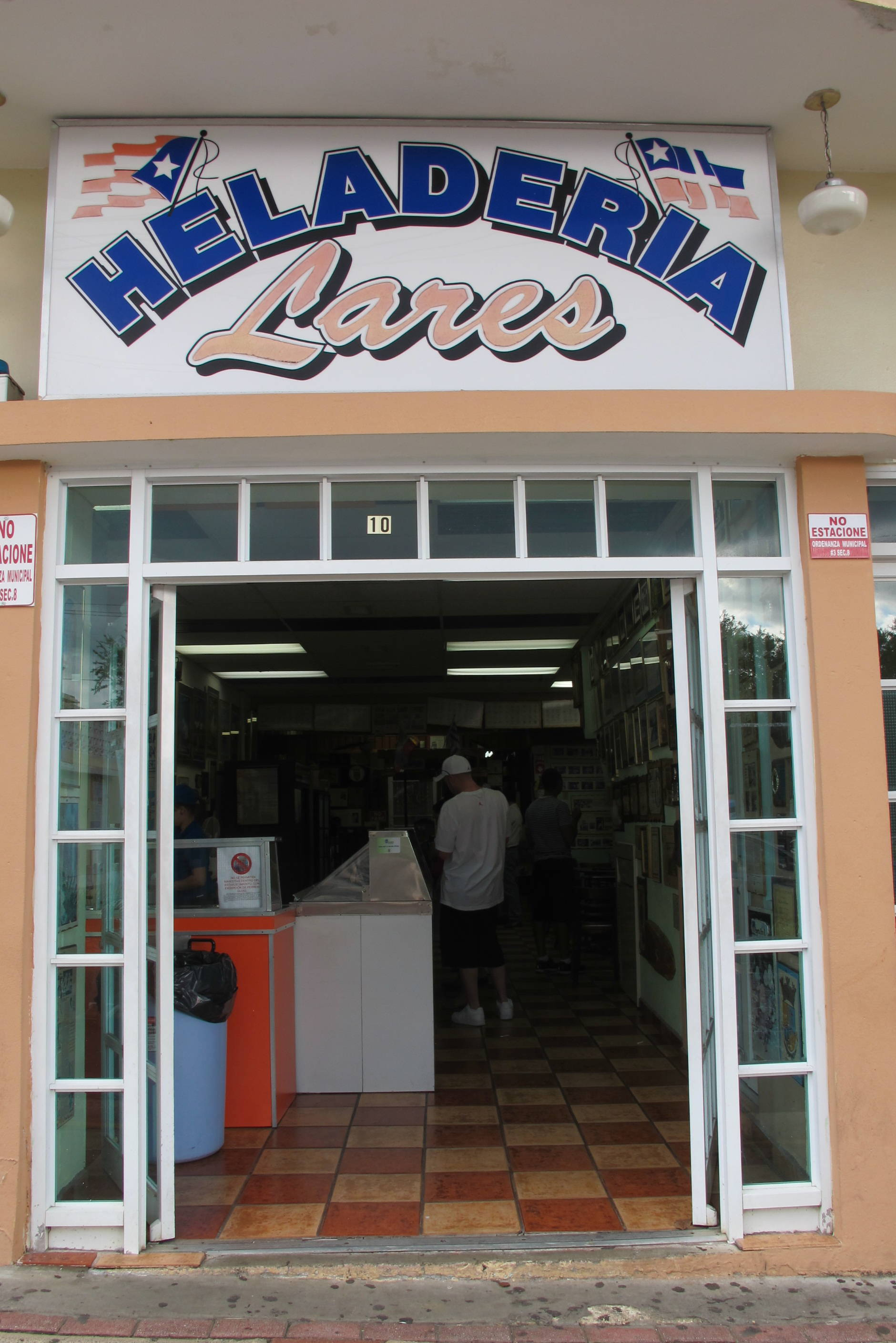 False Ice Cream Shop / Falsa Heladería